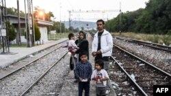 Pamje e një familjeje imigrantësh nga Afganistani afër stacionit hekurudhor në Preshevë