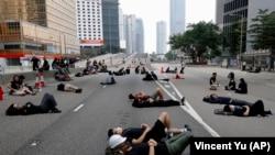 Протестующие отдыхают во время акции окружения здания заксобрания Гонконга (архив)