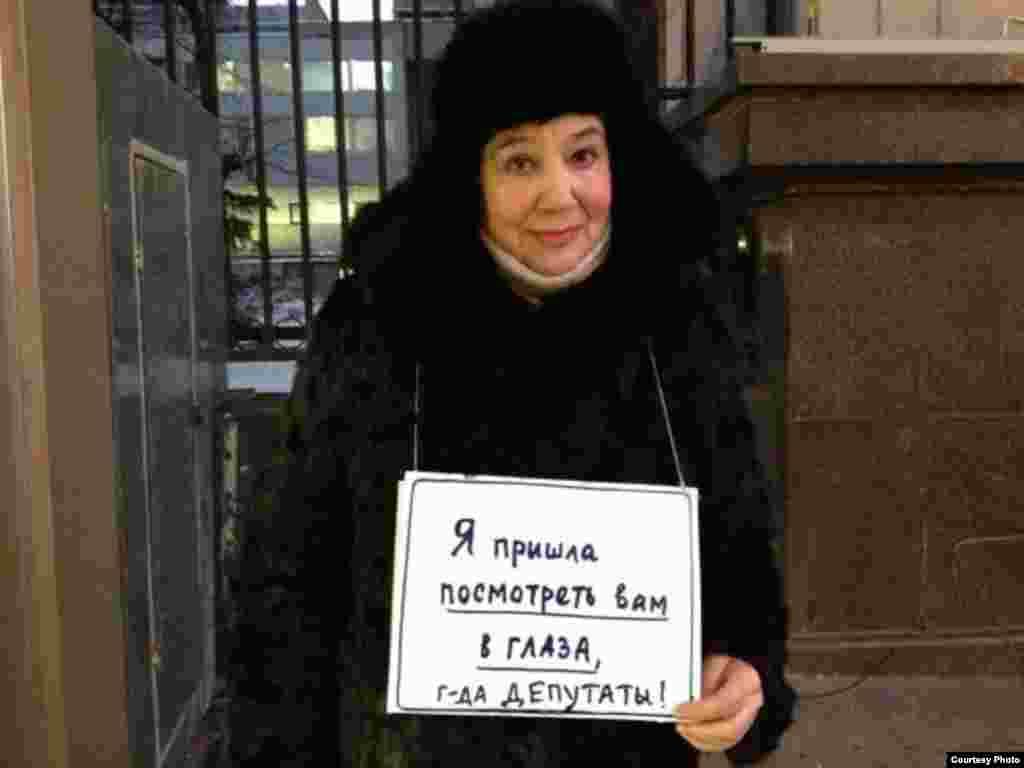 Пикеты около здания Государственной Думы начались с раннего утра.