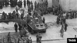 საბჭოთა ჯარისკაცები რუსთაველის გამზირზე, 1989 წლის 9 აპრილი.