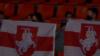Заўзятары жаночай баскетбольнай зборнай Беларусі з нацыянальнымі сьцягамі