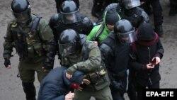 Силовики затримують протестувальників у Мінську, 15 листопада 2020 року