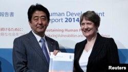 نخست وزیر ژاپن (چپ) در کنار مدیر برنامه توسعه سازمان ملل در مراسم رونمایی گزارش تازه