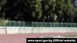 Дөлөн Өмүрзаков атындагы стадиондун бийиктетилген тосмолору.