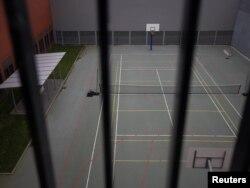 Внутри тюрьмы: теннисный и баскетбольный корт