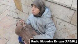 Нищенка с ребенком на улице столицы Македонии Скопье