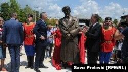 Da li Crna Gora kasni u odavanju onakve počasti kakvu je zaslužio čovjek koga su u narodu prozvali crnogorskim Če Gevarom? (Na fotografiji predsjednik Crne Gore Milo Đukanović prilikom ceremonije otkivanja spomenika)