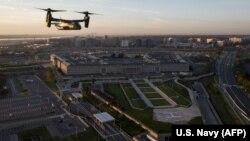 Летательный аппарат морской пехоты США в полете над зданием Пентагона.
