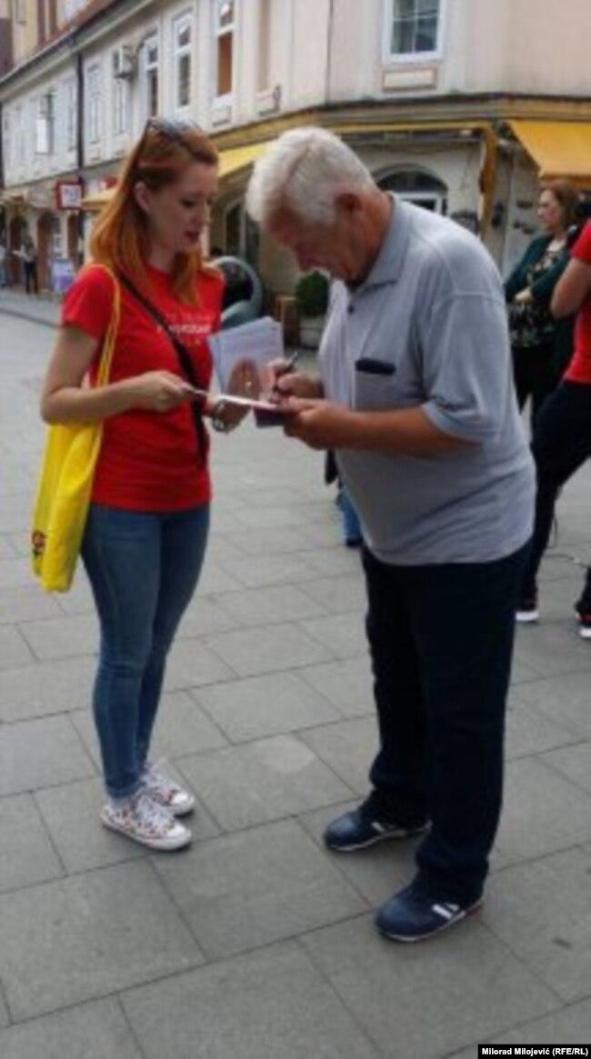 """Aktivistkinja u Tuzli tokom akcije """"Građanke za ustavne promjene"""""""