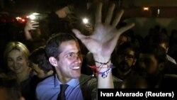 Лидер оппозиции Венесуэлы Хуан Гуайдо, признанный многими странами в качестве временного президента Венесуэлы, рядом со своими сторонниками. Каракас, 2 апреля 2019 года.