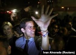 Хуан Гуайдо приветствует сторонников. Каракас, 2 апреля