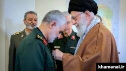 Командир підрозділу «Кудс» Вартових Ісламської революції Кассем Солеймані (ліворуч) отримує найвищу військову нагороду Ірану від Аятолли Алі Хаменеї, березень 2019 року