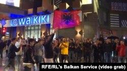 Мешканці столиці Косова Пріштини святкують перемогу збірної Швейцарії над командою Сербії.
