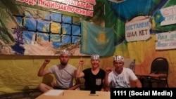 Слева направо: Дастан Баженов, Маруа Ескендирова, Амангельды Оразбаев на фото со страницы гражданского активиста Орынбая Охасова
