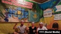 Слева направо: Дастан Базенов, Маруа Ескендирова, Амангельды Оразбаев на фото со страницы гражданского активиста Орынбая Охасова.