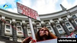 Учасниця акції біля будівлі уряду України під гаслом «Не перетинай червону лінію!». Київ, 4 липня 2019 року