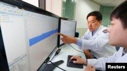 Следователи проверяют технику Корейской вещательной сети на предмет кибератаки. Сеул, 21 марта 2013 года.