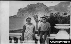 Эшреф Шемьи-заде с семьей в Крыму, 1959 год