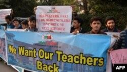 Ученики сети частных школ PakTurk на акции протеста против закрытия учебных заведений. Исламабад, 17 ноября 2016 года.
