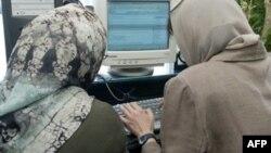 Две женщины сидят за компьютером. Иллюстративное фото.