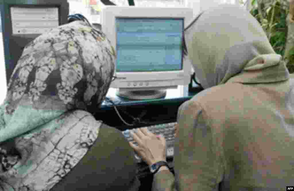 Two Iranian women at an internet cafe in Tehran (AFP file photo) - To mark World Press Freedom Day, RFE/RL and Internews cohosted a briefing on Internet development in RFE/RL's broadcast region, with a focus on Belarus and Uzbekistan. Listen to the briefing: Real Audio  Windows Media