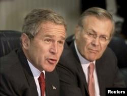 Джордж Буш-младший и Дональд Рамсфелд, 17 сентября 2001 года