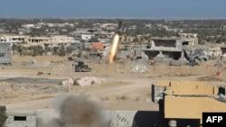 Ракета, выпущенная иракскими силами безопасности в сторону позиций исламистских боевиков. Окрестности Эр-Рамади, 7 декабря 2015 года.
