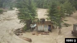 Muncitorii surprinși de viitură în Vrancea.