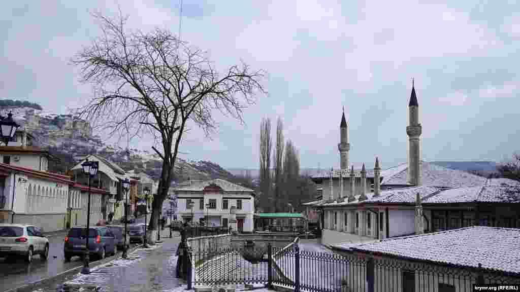 Бывшая резиденция крымских ханов –Ханский дворец– также входит в экскурсионный маршрут по историческому Бахчисараю.Главная архитектурная идея – воплощение мусульманского представления о райском саде на земле.