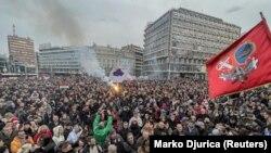 Nagy volt a tömeg a szerb fővárosban. Maszkot alig valakin látni. Zászlókból és szlogenekből viszont nincs hiány.