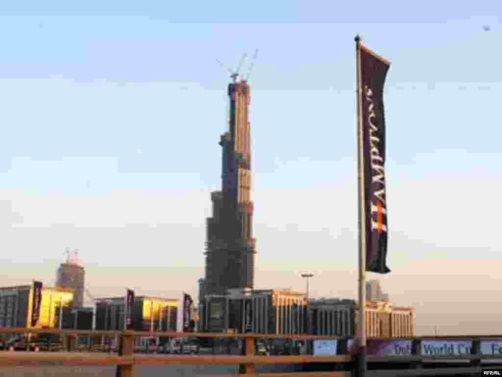برج نیمه ساز دبی که تا سال 2010 بلند ترین برج دنیا خواهد شد