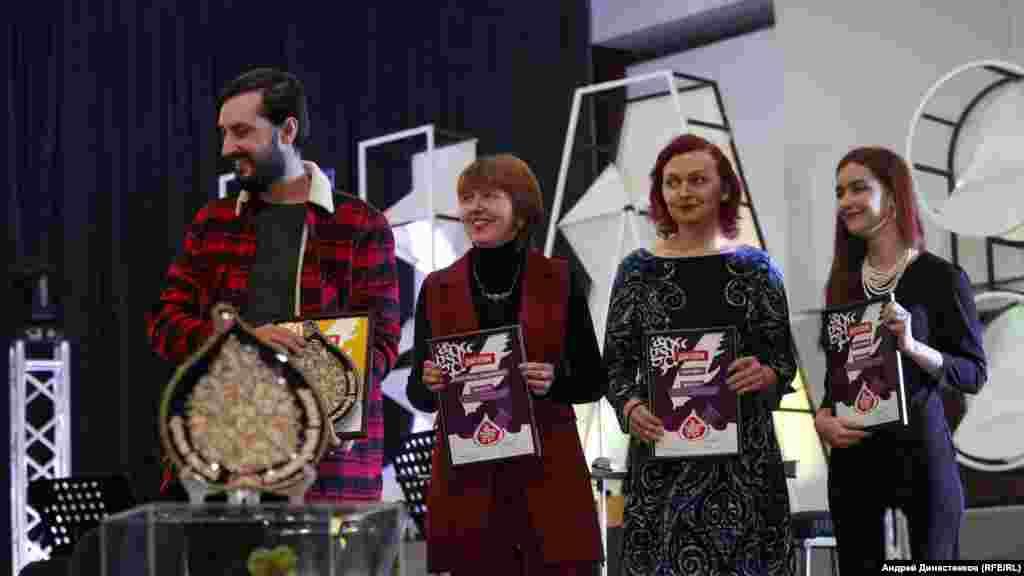 «Qırım aqqında ukraince şiiriyet» nominatsiyasınıñ laureatı ve ğalibi Sergey Sinoptik (soldan)