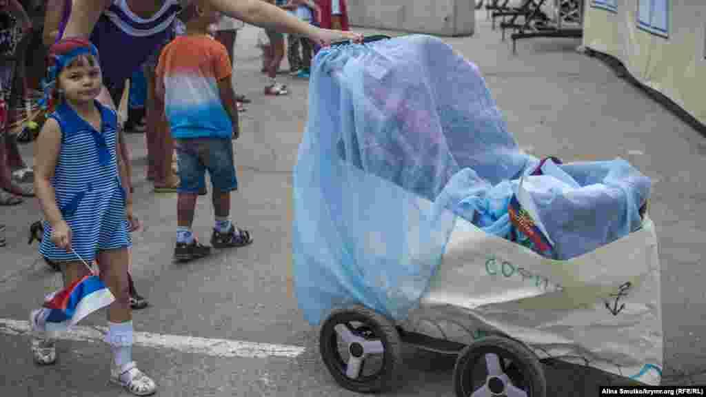 В рамках свята в місті відбувся конкурс-парад дитячих колясок «Під вітрилом Айвазовського»