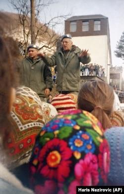 Morillon, comandantul UNPROFOR, face apel la calm, în încercarea de a pleca din Srebrenica.