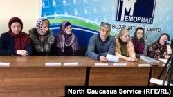 """В Махачкале в офисе ПЦ """"Мемориал"""" прошла пресс-конференция родителей, чьих детей пытали силовики"""
