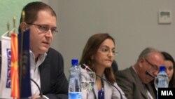 """Промовиран проектот """"Безбедност во училиштата"""". Министерот за образование Панче Кралев, министерката за внатрешни работи Гордана Јанкулоска и амбасадорот на ОБСЕ во Македонија Ралф Брет."""