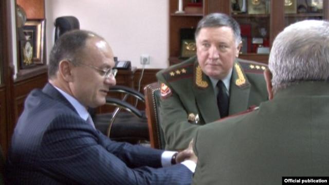 Armenia - Defense Minister Seyran Ohanian (L) meets with the commander-in-chief of Russia's ground forces, Colonel-General Vladimir Chirkin, in Yerevan, 25Oct2012.
