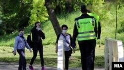 Илустрација - Граѓани со заштитни маски за лице во Скопје