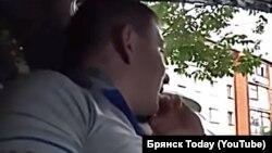 Video snimak koji prikazuje vozača ruske službe Jandeks Taksi u Brjansku kako odbija da vozi crnca.