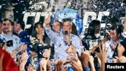 Demokratik Kosovo Partiyasının lideri Hashim Thaci tərəfdarları qarşısında, 9 iyun 2014