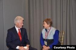 Бывший президент США Билл Клинтон с Розой Отунбаевой. 18 декабря 2012 года.