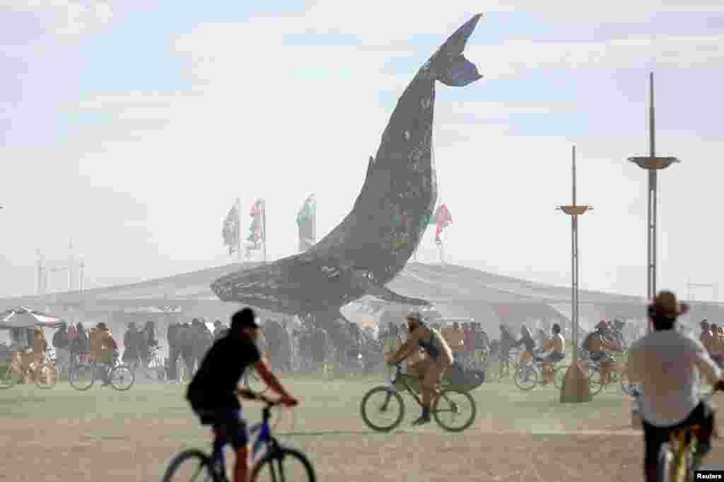 Художники, музыканты и скульпторы со всего мира съезжаются на Burning Man, чтобы представить свои работы.