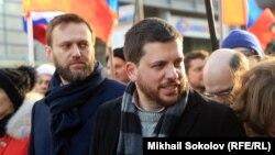 Алексей Навальный (слева) и Леонид Волков на митинге в память убитого в Москве Бориса Немцова
