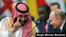 ولادیمیر پوتین، رئیسجمهوری روسیه (سمت راست) و محمد بن سلمان، ولیعهد سعودی
