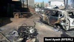 سيارة ودراجة نارية محترقتان بسبب العمليات العسكرية في بهرز