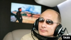 Владимир Путин на вертолете. Тува, 13 августа 2007 года.