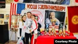 Руководитель сообщества кыргызстанцев в Филадельфии Эрбол Жантаев с дочерьми.