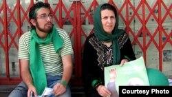 سهراب اعرابی در کنار مادرش پروین فهیمی