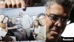Элиас Хауа, поклонник Уго Чавеса и Фиделя Кастро, держит в руках фото, на котором он запечатлен вместе с кубинским команданте