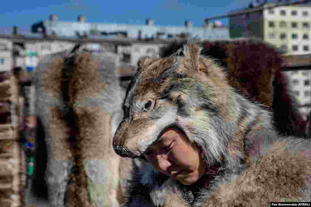 На празднике также продавали шкуры животных.